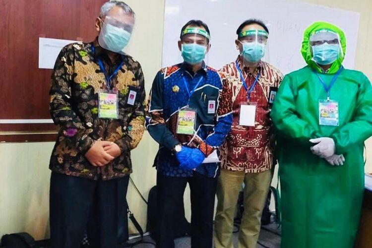 Petugas pengawas UTBK di UPN Veteran Yogyakarta gunakan APD lengkap. (Foto dokumentasi Panitia Penerimaan Mahasiswa Baru UPN Veteran)