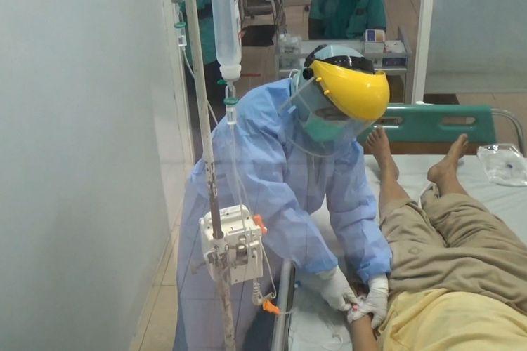 Perawat dengan pakaian khusus, merawat satu orang pasien yang diisolasi di RSUD Dokter Iskak Tulungagung Jawa Timur (14/03/2020)