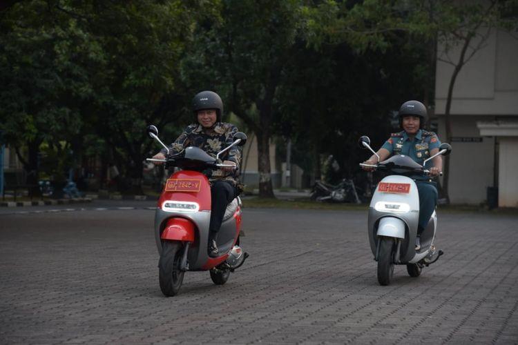 Viar Q1 saat dikendarai Menteri ESDM Ignasius Jonan dan Komandan Paspampres Mayor Jenderal TNI Marinir Suhartono, Jumat (8/6/2018).