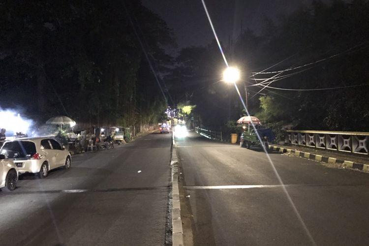 Suasana Jalan Patal Senayan, Grogol Utara, Kebayoran Lama, Jakarta Selatan pada Jumat (17/9/2021) malam.