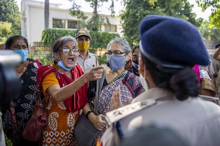 Seorang aktivis India berdebat dengan seorang petugas polisi sebelum ditahan oleh polisi selama protes di New Delhi, India, Rabu, 30 September 2020. Pemerkosaan dan pembunuhan yang dilakukan sekelompok pria terhadap seorang gadis dari kasta terendah Dalit di India telah memicu kemarahan di seluruh dunia. Negara dengan beberapa politisi dan aktivis menuntut keadilan dan pengunjuk rasa berunjuk rasa di jalanan.