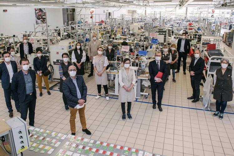 Workshop Louis Vuitton di Amerika Serikat mulai beroperasi membuat masker penutup wajah, dalam usaha melawan penyebaran virus corona.