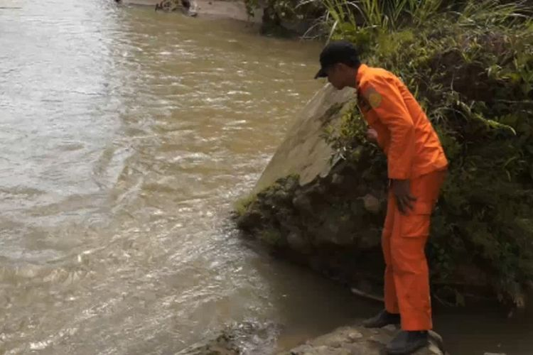 Personel Tim Pos SAR Nias menyisir sungai Lauri mencari warga bernama Sekhembowo Gulo (44), warga Dusun II, Desa Lauri, Kecamatan Sogae'adu, Kabupaten Nias yang hanyut saat menyeberangi sungai Lauri.