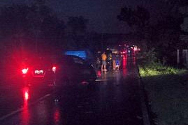 Antrian kendaraan di Desa Pekaden, Kecamatan Galis, Kabupaten Bangkalan, karena ada pohon tumbang ke tengah jalan setelah terjadi hujan lebat diikuti angin kencang.