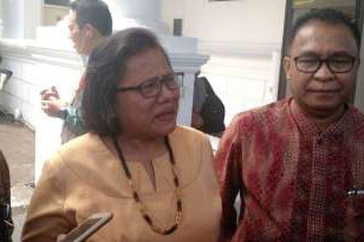 Ketua Umum PGI Henriette T Hutabarat Lebang dan Ketua PGI  Ketua PGI Albertus Patty  usai bertemu Presiden Joko Widodo di Istana Negara, Jakarta, Rabu (18/1/2017).