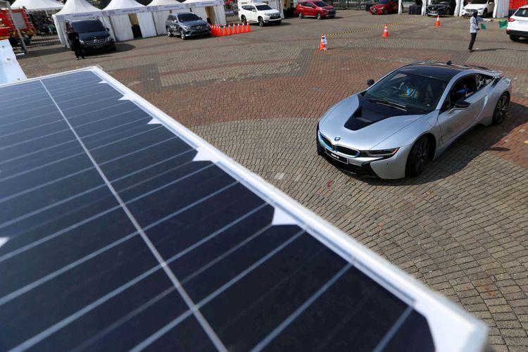 BMW Group Indonesia memperkenalkan prototipe garasi khusus untuk mobil listrik di International Motor Show (IIMS) 2018, di JIExpo Kemayoran, Jakarta, Jumat (20/4/2018). Garasi ini dapat menghasilkan listrik dari sinar matahari dan memiliki panel surya di bagian atapnya.
