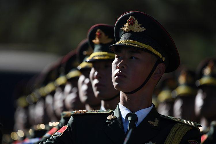 Prajurit militer China sedang berbaris.