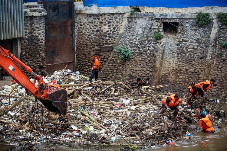 Petugas UPK Badan Air membersihkan tumpukan sampah di Pintu Air Manggarai, Jakarta, Selasa (13/11/2018). Aneka jenis sampah itu terbawa aliran Sungai Ciliwung. Sampah-sampah itu diperkirakan akan terus ada saat debit air Ciliwung tinggi, terutama saat daerah Bogor dan sekitarnya diguyur hujan deras.