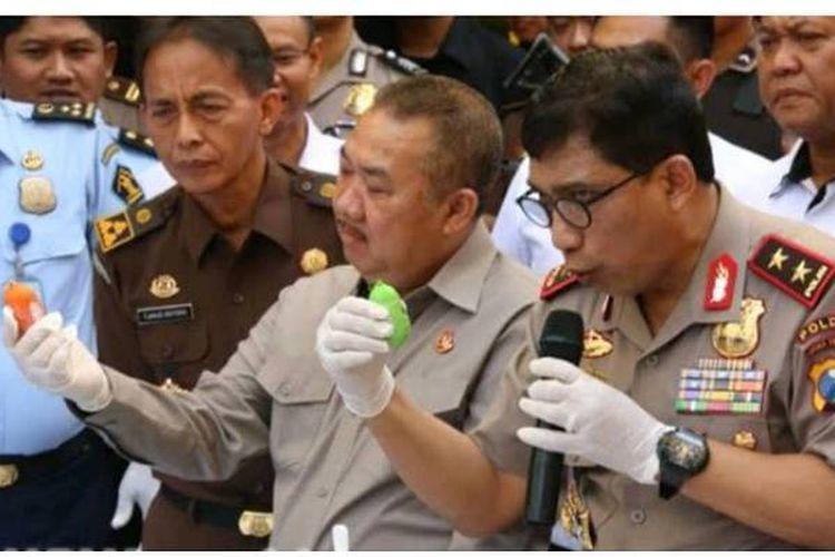 Kapolda Jatim Irjen Pol Machfud Arifin dan Kajari Jatim Maruli Hutagalung saat pemusnahan barang bukti narkoba, Rabu (4/10/2017).