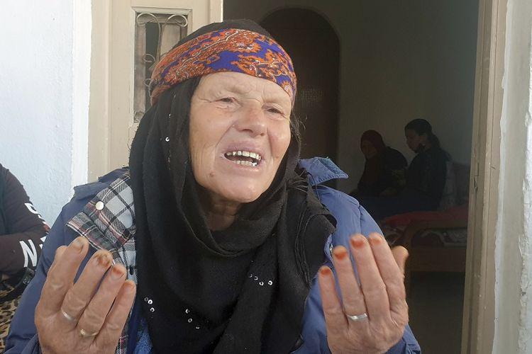 Gamra, ibu dari penyerang Nice Ibrahim Issaoui saat berbicara kepada wartawan di Sfax, Tunisia, Jumat, 30 Oktober 2020.