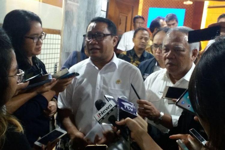 Ketua Komisi V DPR Fary Djemy Francis (tengah) seusai melakukan rapat dengan Menteri Pekerjaan Umum dan Perumahan Rakyat Basuki Hadimuljono, Senin (23/7/2018) di Ruang Rapat Komisi V DPR, Jakarta.