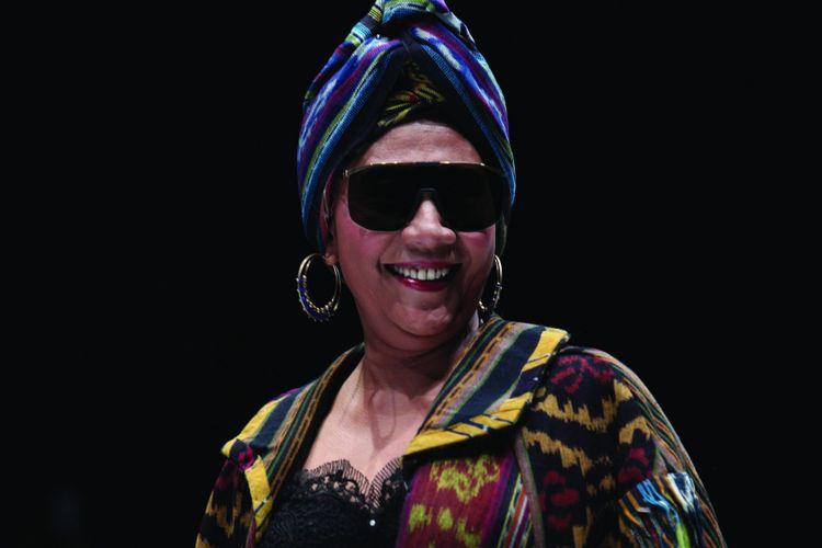 Menteri Kelautan dan Perikanan RI Susi Pudjiastuti ketika membawakan busana rancangan desainer Anne Avantie pada peragaan busana bertajuk Badai Pasti Berlalu yang diselenggarakan di gelaran Jakarta Fashion Week 2019 di Senayan City, Jakarta, Selasa (23/10/2018).