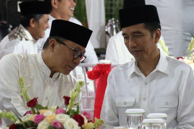 Presiden Joko widodo (tengah) berbincang dengan Ketua Majelis Permusyawaratan Rakyat Zulkifli Hasan yang juga Ketua Umum Partai Amanat Nasional dalam acara buka puasa bersama Pimpinan MPR, di Rumah Dinas Ketua MPR, Jakarta, Jumat (2/6/2017).