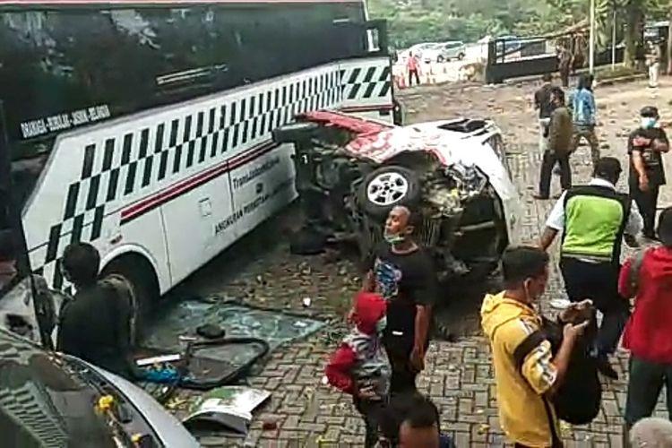 Bus menabrak empat kendaraan dalam kecelakaan di depan Gerbang Tol Sentul Bogor, Jawa Barat, Senin (11/10/2021).