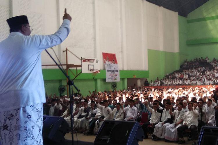Muhtasar PCNU Kota Tasikmalaya Budi Budiman, saat memberikan sambutan kepada ribuan santri dan ulama di acara deklarasi akbar pemenangan Jokowi-Amin di Gor Sukapura, Dadaha, Sabtu (23/2/2019)