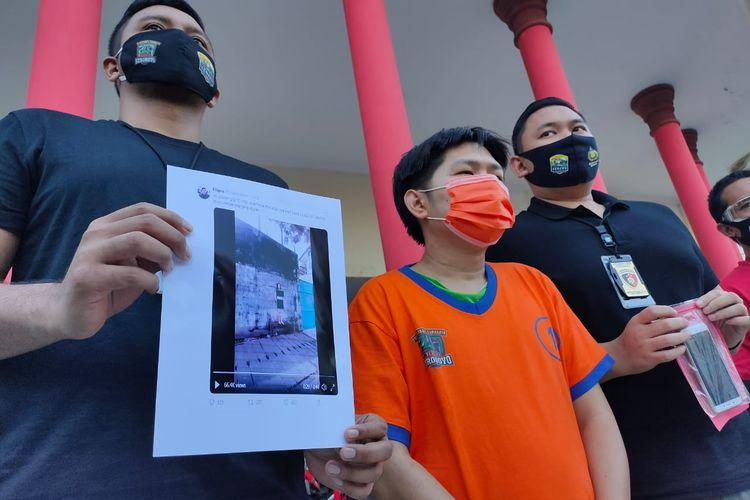 PN, tersangka pengunggah video dokter tanpa busana saat memberikan keterangan di Polrestabes Surabaya, Selasa (7/7/2020).