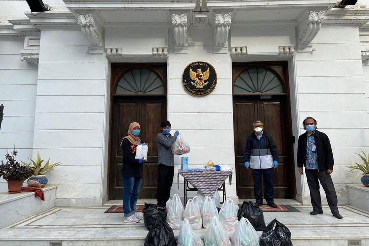 Terlihat mahasiswa Indonesia di Mesir mendapatkan bantuan sembako dari KBRI. Mahasiswa Indonesia di Mesir terjebak akibat lockdown wilayah yang dilakukan Mesir sejak 15 Maret 2020.