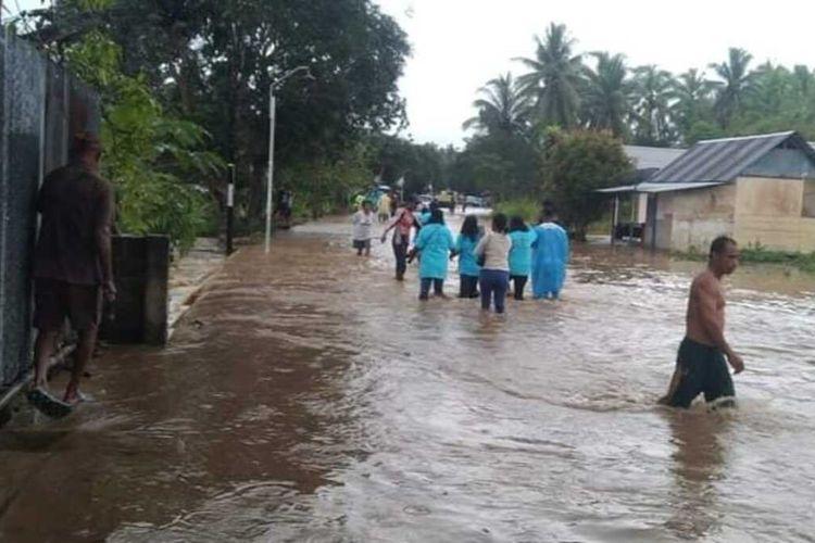 Banjir menerjang Desa Kamal, Kecamatan Kairatu Barat, Kabupaten Seram Bagian Barat, Maluku, Sabtu sore (11/9/2021). Banjir tersebut meluap di jalan raya hingga menggenangi puluhan rumah warga dan sekolah