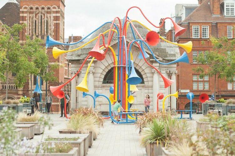 Instalasi seni Sonic Bloom yang berlokasi di Taman Brown Hart di Mayfair Utara, London.