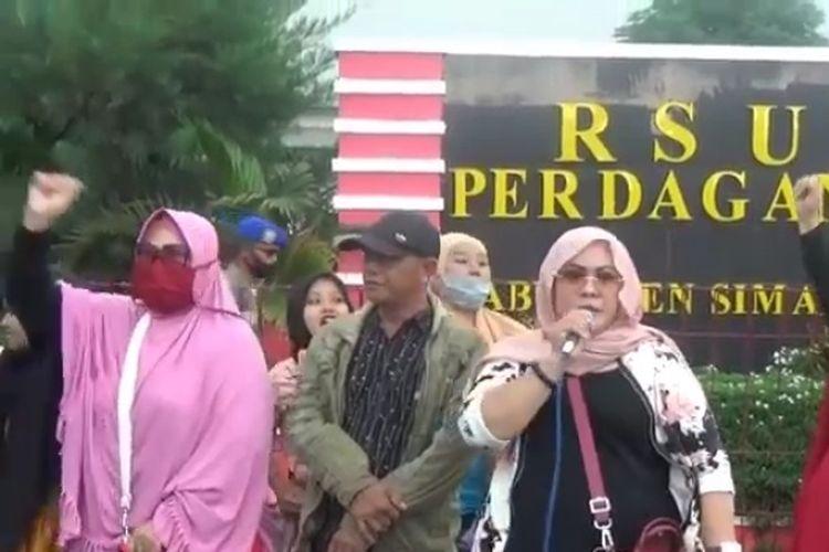 Para keluarga pasien positif asal Desa Tanjung Hataran protes di RSUD Perdagangan, Kabupaten Simalungun, Senin (6/7/2020).