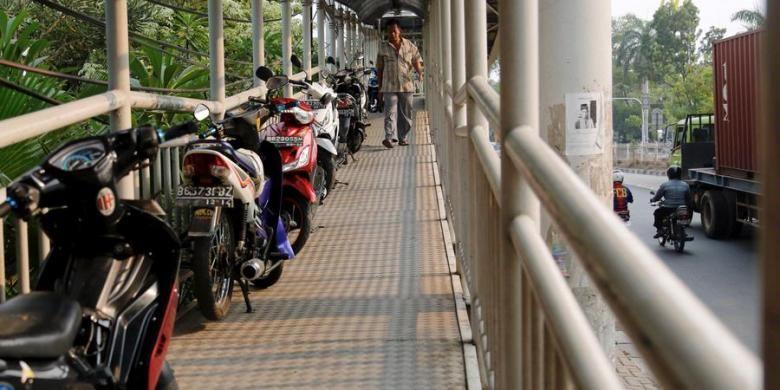 Ilustrasi: Deretan motor diparkir di dalam jembatan penyeberangan yang terhubung dengan Halte Bus TransJakarta Green Garden, Kedoya, Jakarta, Kamis (1/11/2012).