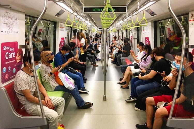 Keramaian komuter yang memakai masker di dalam MRT Singapura yang melintas di distrik Telok Ayer yang terletak di pusat kota, Sabtu sore (03/10/2020). Angka infeksi harian Covid-19 di Singapura menyentuh satu digit tepatnya 6 kasus untuk pertama kalinya dalam 7 bulan terakhir.