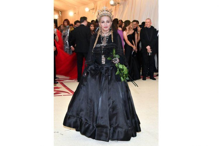 Madonna mengenakan aksesoris Rinaldy Yunardi saat Met Gala 2018