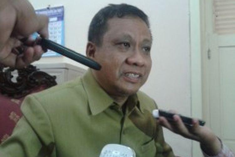 Budiono, Sekretaris Bakorwil IV Madura, membantah todongkan pistol kepada warga, pada Ahad (1/7/2013) lalu. Pistol yang dibawanya hanya korek api.
