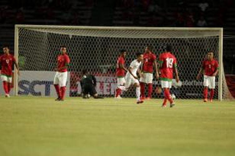 Pemain Myanmar U-19, Yan Naing Oo berselebrasi seusai mencetak gol ke gawang Indonesia U19, di Stadion Utama Gelora Bung Karno, Senayan, Jakarta, Senin (5/5/2014). Pertandingan berakhir imbang 1-1.