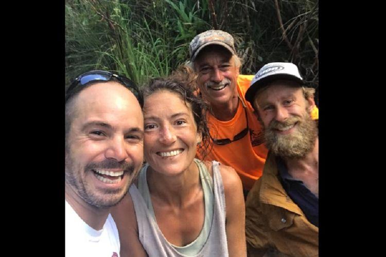 Amanda Heller (tengah) ditemukan selamat setelah hilang dua pekan di Hutan Lindung Makawao di pulau Maui, Hawaii, AS, pada Jumat (24/5/2019). (Facebook/Javier Cantellops)