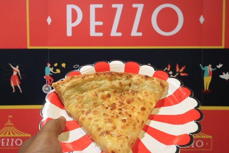 Varian pizza topping durian yang disajikan oleh Pezzo Pizza saat grand opening di Kuningan City Mall, Jakarta, Jumat (19/5/2017). Pezzo Pizza menawarkan delapan varian pizza yang dapat dinikmati oleh pencinta kuliner pizza.