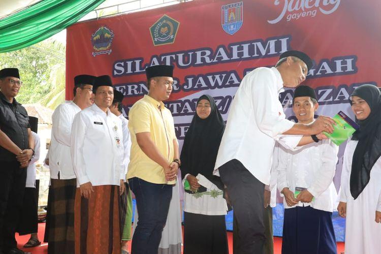 Gubernur Jawa Tengah Ganjar Pranowo mewakili Pemprov Jateng memberikan insentif kepada guru ngaji yang ada di Jawa Tengah.
