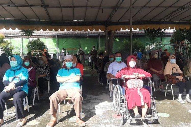 Ratusan lansia di Kelurahan Pondok Kopi, Kecamatan Duren Sawit, Jakarta Timur, divaksinasi Covid-19 di permukiman warga, Senin (8/3/2021).