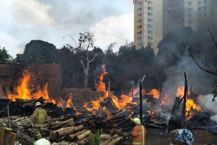 tumpukan kayu di samping apartemen Casablanca Resident, Duren Sawit Jakarta Timur terbakar, Jumat (31/7/2020).