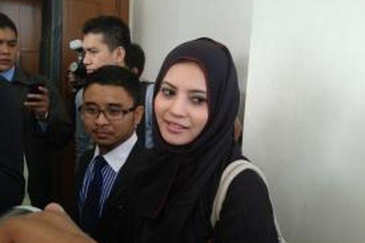 Novi Amalia usai menghadiri sidang di Pengadilan Negeri Jakarta Barat, Selasa (16/7/2013)