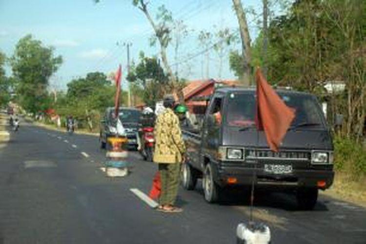 Penarikan amal di sepanjang jalan Kabupaten Sampang sampai Bangkalan marak dilakukan warga dengan memberi batas di tengah jalan menggunakan drum atau batu cor.