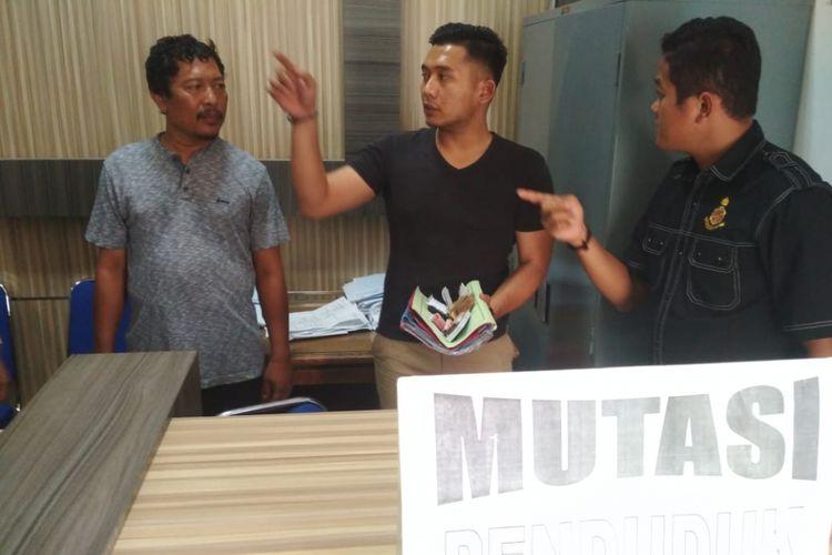 Dua oknum PNS Disdukcapil Karawang dan seorang perantara diamankan dalam OTT yang dilakukan Tim Saber Pungli Kabupaten Karawang, Rabu (14/11/2018).