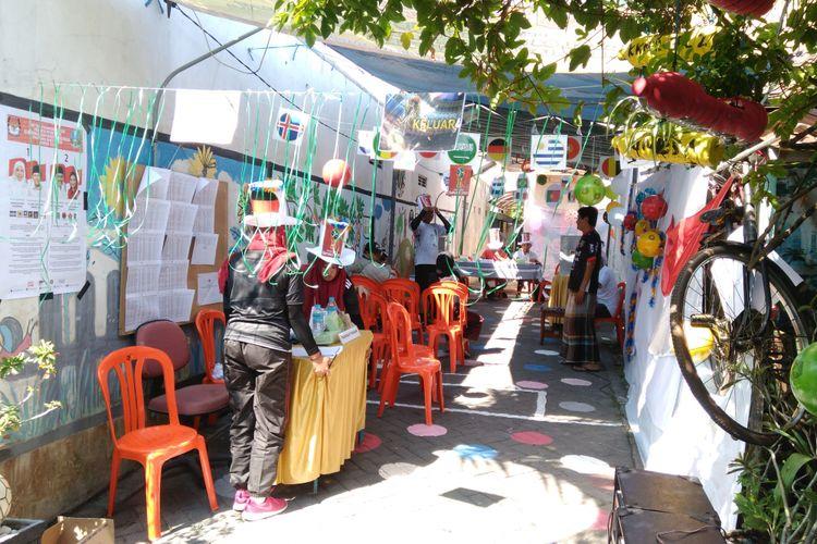 TPS 02 di Desa Gapurosukolilo, Kecamatan Gresik Kota, Gresik, yang mengusung konsep Piala Dunia.