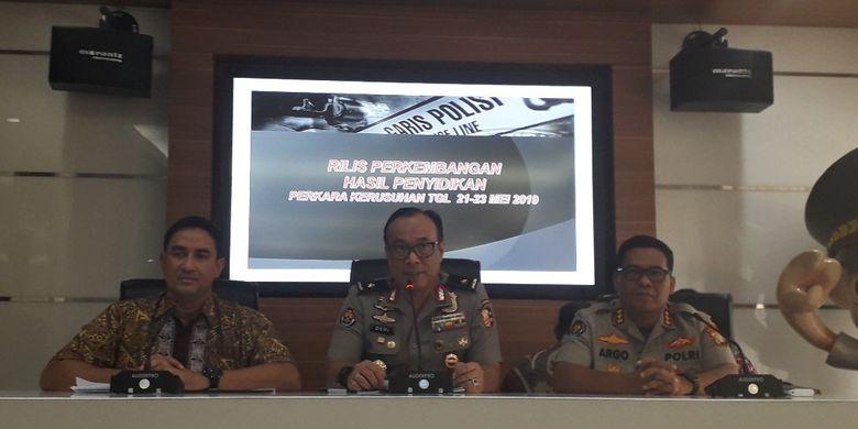 Karo Penmas Mabes Polri Brigjen Pol Dedi Prasetyo (tengah) berbicara dalam konferensi pers kasus kerusuhan 21-22 Mei di Mabes Polri, Jumat (5/7/2019).