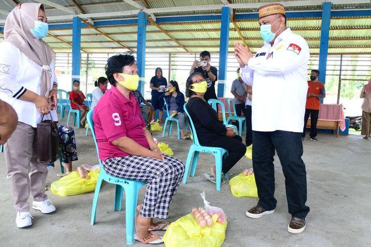 Gubernur Gorontalo Rusli Habibie saat menyapa warga kristiani di Desa Londoun, Kecamatan Popayato Timur, Kabupaten Pohuwato. Rusli membawa 1.108 paket bantuan bahan pangan bersubsidi untuk dibagikan gratis di tiga kecamatan.