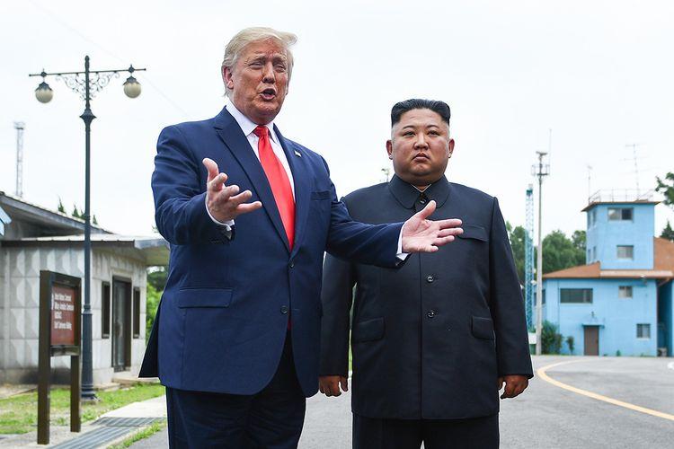 Presiden AS Donald Trump berbicara didampingi Pemimpin Korea Utara Kim Jong Un, di zona demiliterisasi (DMZ) Korea, Minggu (30/6/2019). Kedatangan Trump ke zona demiliterisasi Korea awalnya diagendakan untuk pertemuan dengan Presiden Korea Selatan Moon Jae-in, namun Presiden Moon mengatakan fokus akan lebih kepada pertemuan Trump dengan Kim Jong Un.