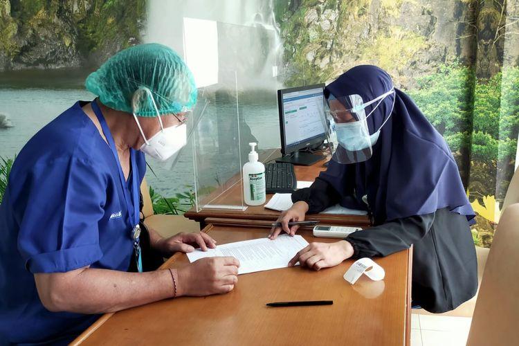 Nakes Lansia jalani vaksinasi Covid-19 di RSUP Sanglah, Denpasar, 8 Februari 2021.