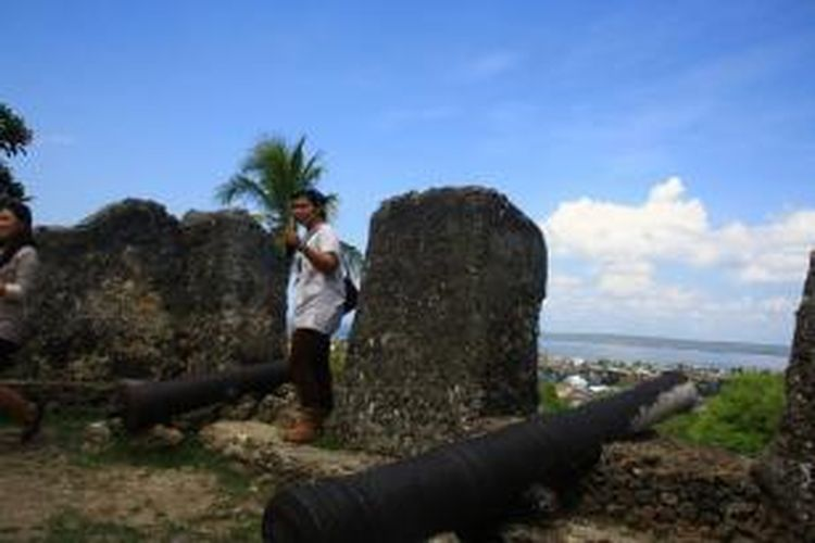 Turis domestik tengah mengunjungi situs Benteng Buton di Sulawesi Tenggara.