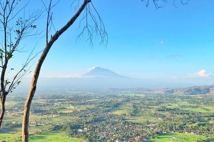 Pemandangan Gunung Merapi yang dapat dilihat dari De Mangol, Yogyakarta.