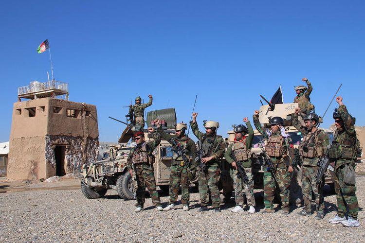 Tentara Afghanistan menjadi titik pemeriksaan di Helmand, Afghanistan, 22 Februari 2020. Presiden Afghanistan Ashraf Ghani mengatakan pada 21 Februari, bahwa pengurangan kekerasan tujuh hari yang dijanjikan oleh Taliban akan menentukan langkah pemerintah selanjutnya dalam proses perdamaian Afghanistan.  EPA-EFE/WATAN YAR