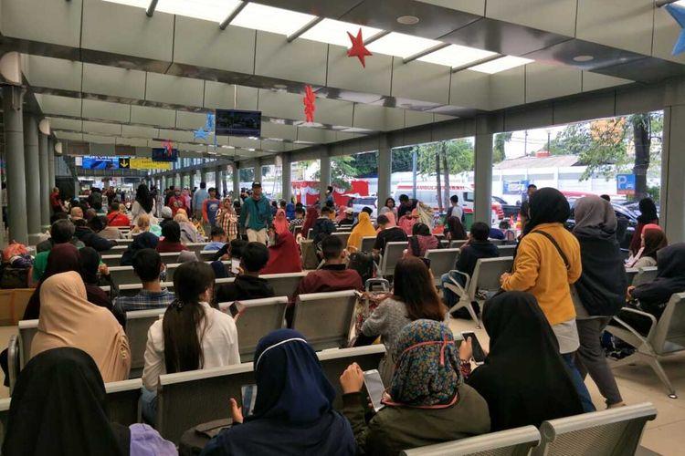 Kepadatan Penumpang di Stasiun Senen, Jakarta Pusat, Selasa (24/12/2019)
