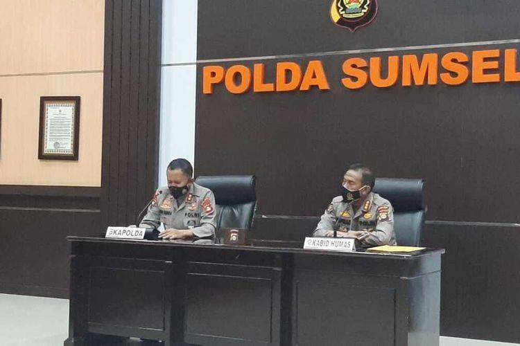 Kapolda Sumsel Irjen Pol Eko Indra Heri bersama Kabid Humas Polda Sumsel memberikan keterangan pers terkait bantuan Rp 2 triliun dari keluarga Akidi Tio, Kamis (5/8/2021).