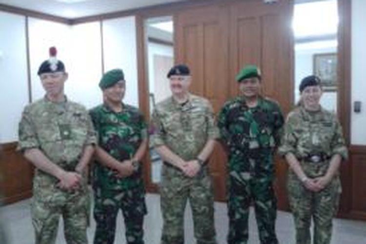 Sejumlah tentara Inggris dari Military Stabilitation Support Group (MSSG) usai mengadakan pertemuan dengan anggota TNI dari Kodam Jaya, di Balaikota Jakarta, Kamis (19/6/2014). Kedatangan tentara Inggris bertujuan untuk mempelajari teknik penanganan bencana banjir dari TNI yang memang telah sering terlibat dalam proses penanggulangan banjir.