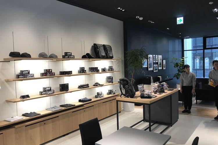 Pada lantai dua, terdapat berbagai aksesori, serta produk busana dan aksesori ekslusif Mitsubishi, bekerja sama dengan merek-merek fashion ternama.