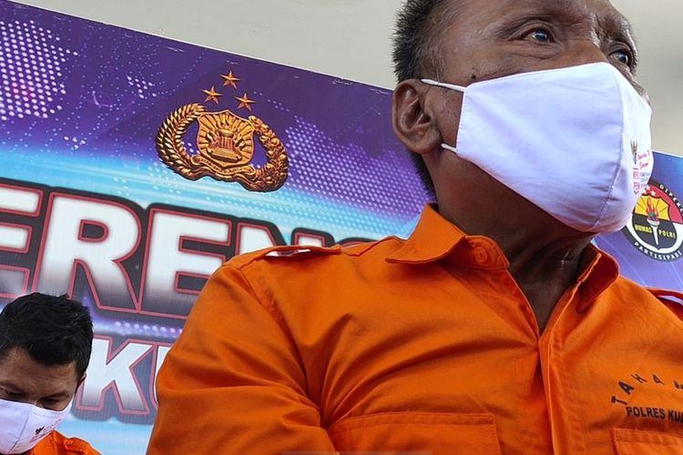 Tiga dari empat tersangka penipuan tertangkap korbannya di Bandar Udara Yogyakarta International Airport di Kapanewon Temon, Kabupaten Kulon Progo, Daerah Istimewa Yogyakarta. Petugas bandara mengamankan pelaku lantas memyerahkannya ke polisi.